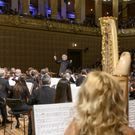 Simon Rattle poprvé diriguje Českou filharmonii