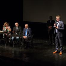 Ředitel festivalu Tomáš Motl zahajuje besedu k promítání Rusalky.